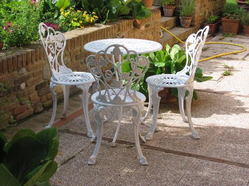Ferro da pozzo con griglia di sicurezza e tavolo e sedie for Arredamento da giardino usato