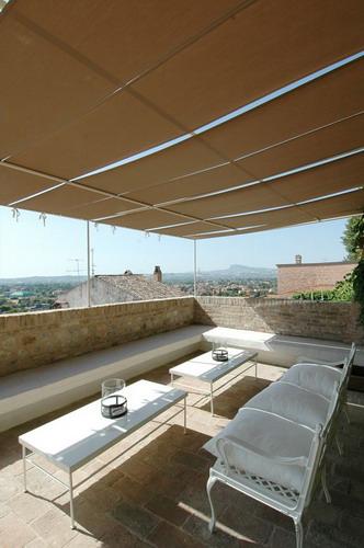 Terrazza panoramica. Tavolini in ferro realizzati su disegno e porta ...