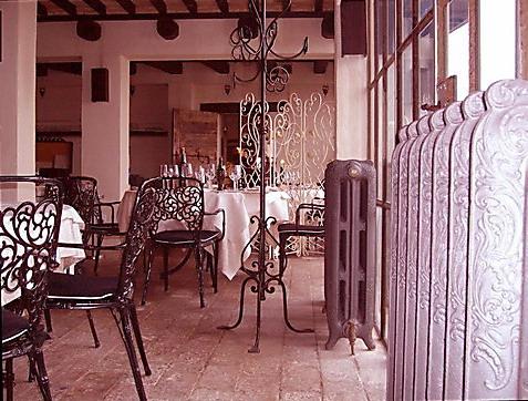 Castello di albereto ristorante arredo in ferro e for Calorifero d arredo
