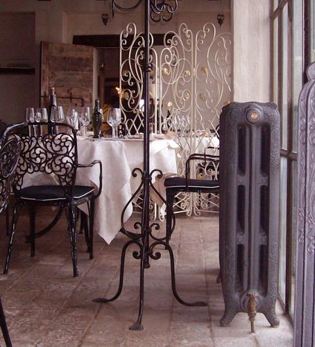 Castello di albereto ristorante arredo in ferro e for Caloriferi da arredamento