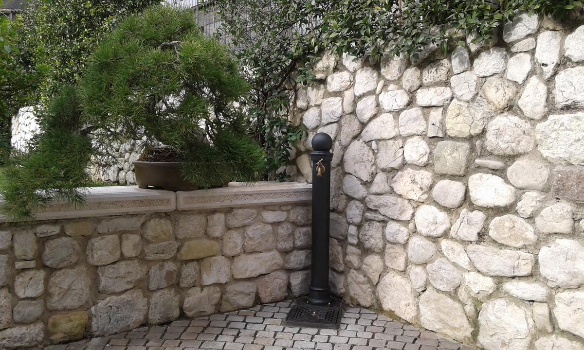 Fontanella ghisa acciaio giardino di pietre fonderia - Nascondere griglia giardino ...