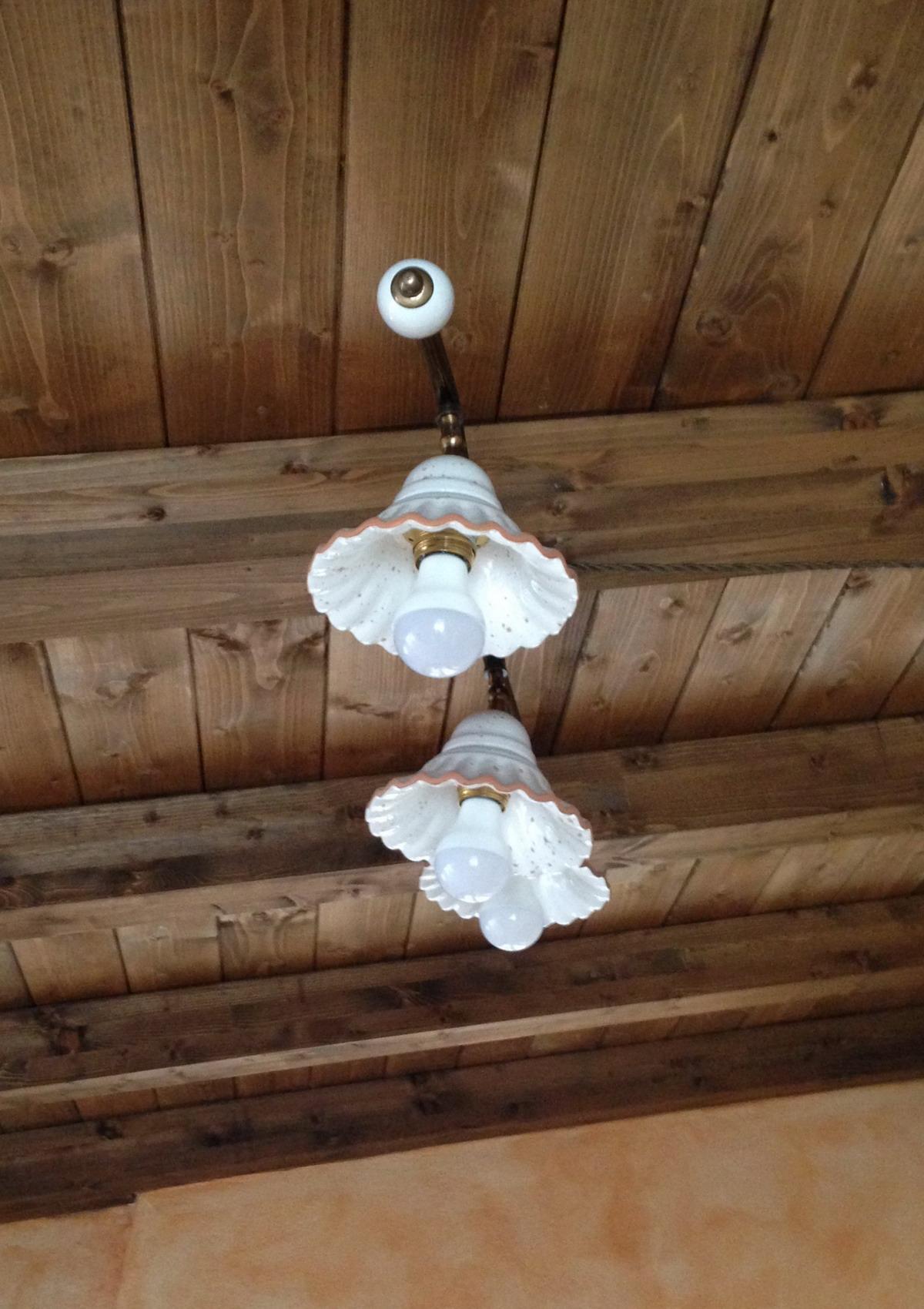 Taverna, illuminazione lampadari e applique in ceramica.