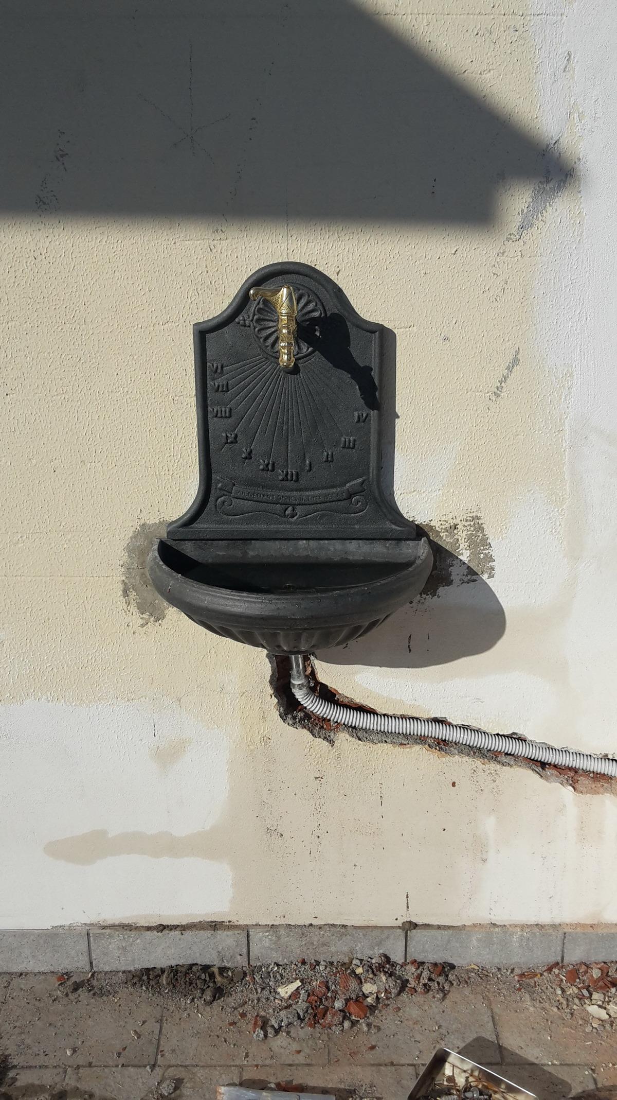 Montaggio fontana muro sospesa - Fontane a muro per esterno ...