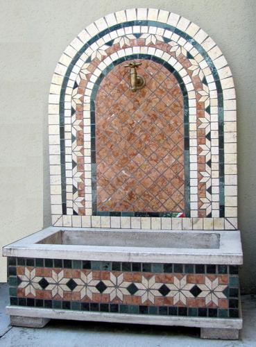 Fontana a parete in mosaico geometrico fonderia for Parete a mosaico
